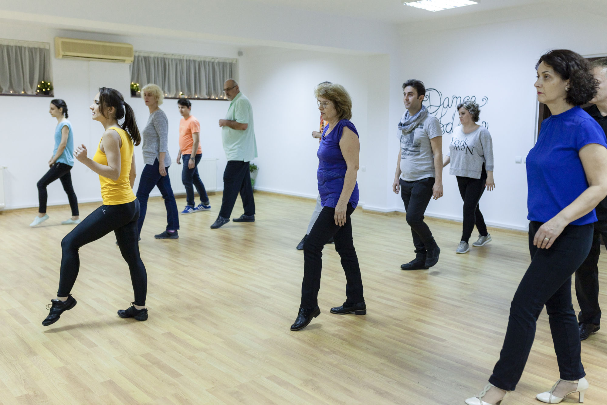 tineri dansand la Dance Today Bucuresti