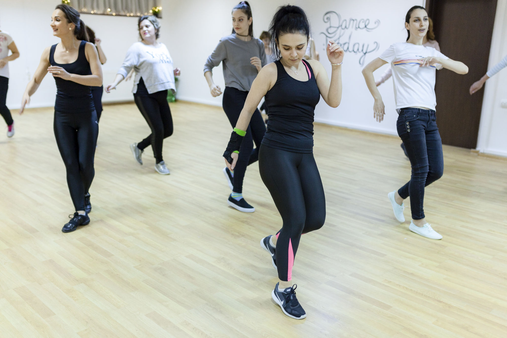doamne si domnisoare dansand la Dance Today in Bucuresti